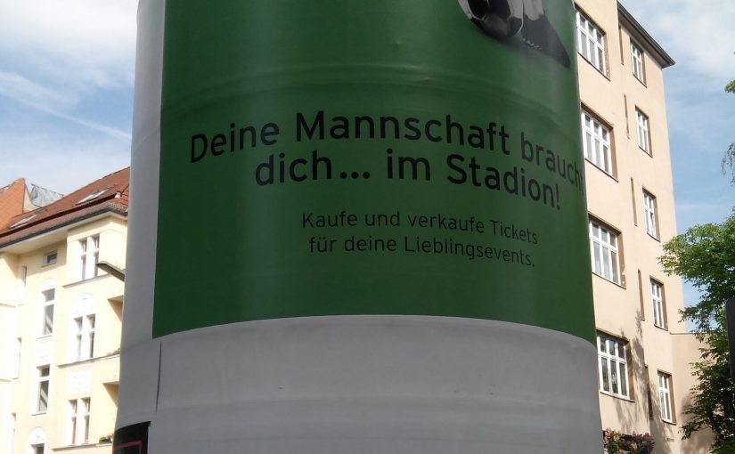 Werbung auf einer Litfasssäule mit Auslassungspunkten ohne Abstand zum vorherigen Text.